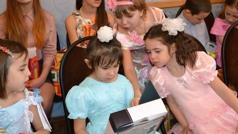 Лискинцы подарили детям из приюта мобильные телефоны и радиоуправляемые вертолеты