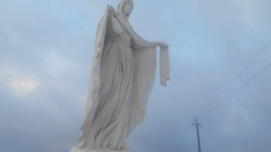 В новоусманском селе установили скульптуру образа Пресвятой Богородицы
