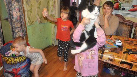 Одинокой онкобольной матери 7 детей из Воронежской области купили новый дом