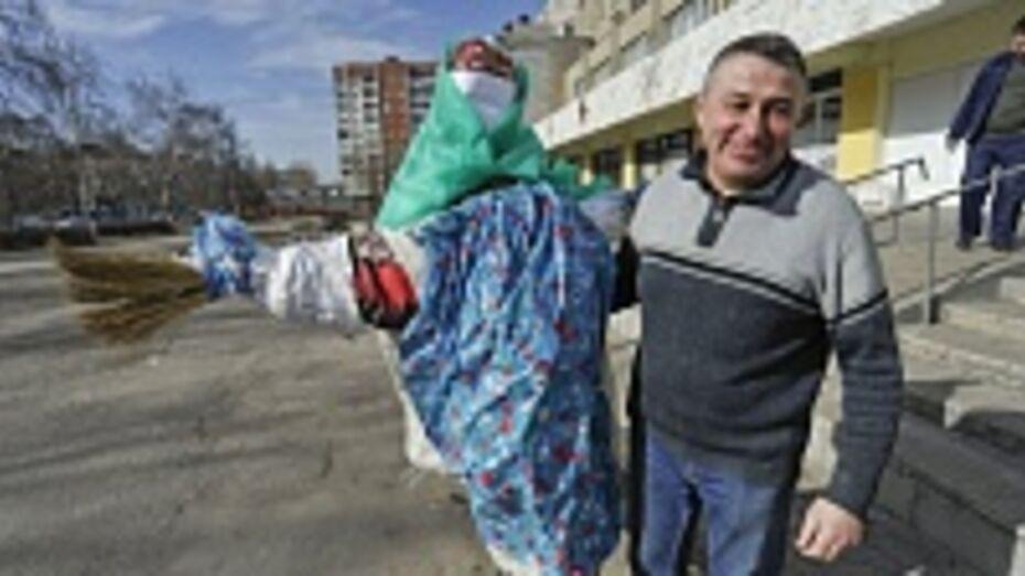 Главное масленичное чучело Воронежа собрали из веников, газет и пеленок