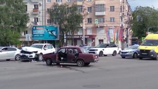 Молодые водители не смогли разъехаться на площади Застава в Воронеже: двоих госпитализировали