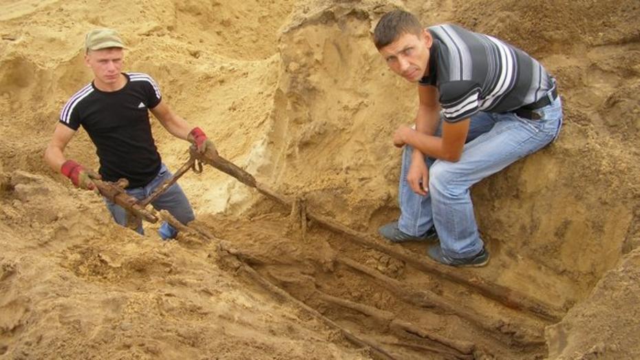 В Богучарском районе поисковики обнаружили солдата, похороненного вместе с носилками