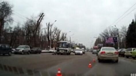 В Воронеже маршрутный автобус насмерть сбил пожилую женщину