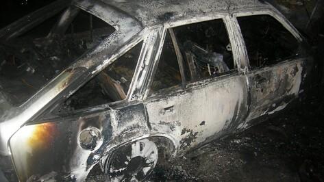 На трассе «Павловск-Бутурлиновка» из-за булыжника на дороге сгорела иномарка