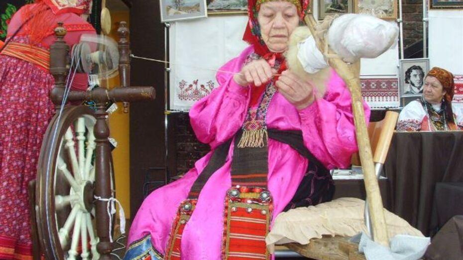 Хохольские рукодельницы научили воронежцев прясть и ткать