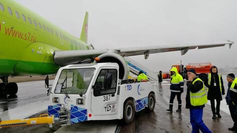 В воронежском аэропорту тягач врезался в самолет