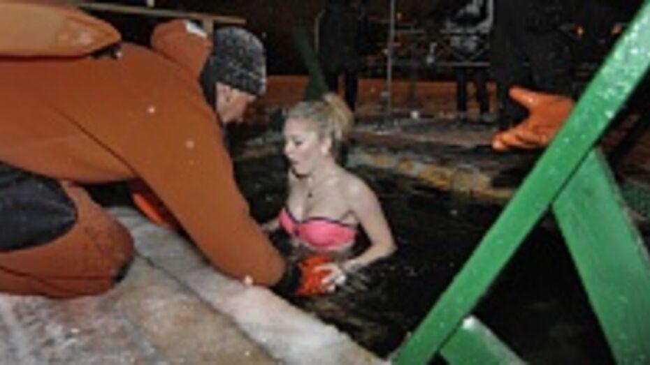 В Воронеже в крещенскую ночь олимпийский факел чуть не побывал в проруби (ФОТО)