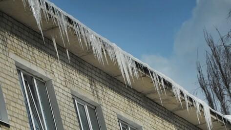 В Воронеже от наледи за день очистят 18 крыш многоэтажек в центре города
