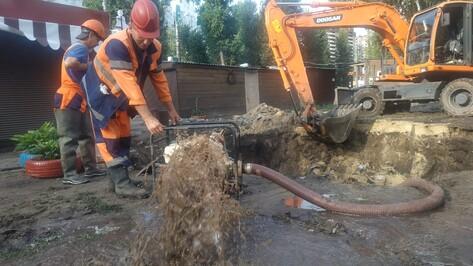 Прорыв у мини-рынка на улице Беговой в Воронеже оставил без воды близлежащие дома