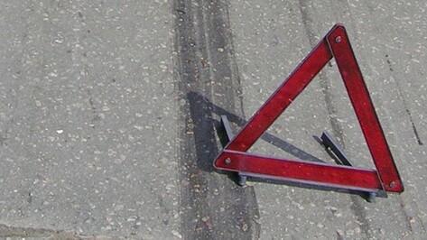 В Воронеже асфальт провалился под припаркованной иномаркой