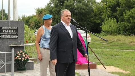 В Новоусманском районе в День ВДВ открыли памятник десантникам