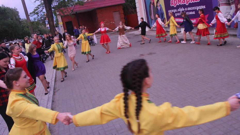 В Боброве прошел танцевальный флешмоб «Матаня»