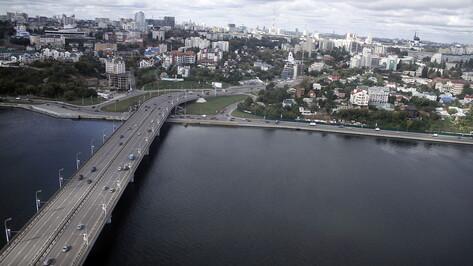 Воронежцам объяснили ночное появление выделенной полосы на Чернавском мосту