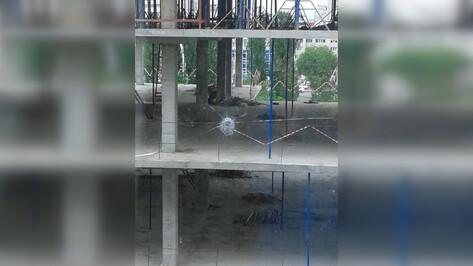В Воронеже неизвестные обстреляли окна жилого дома напротив стройки