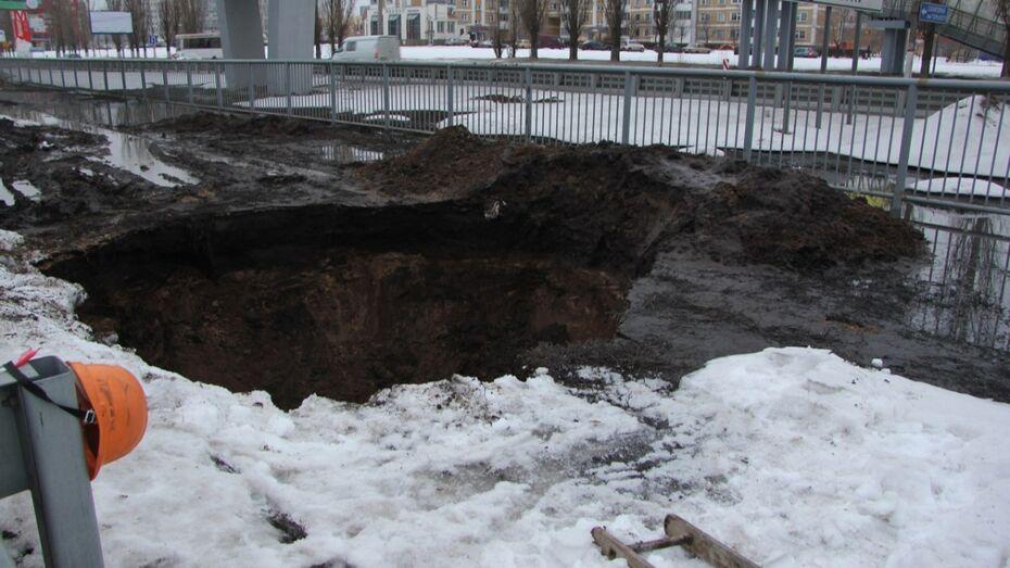 К устранению аварии на коллекторе в Воронеже подключилась спецтехника