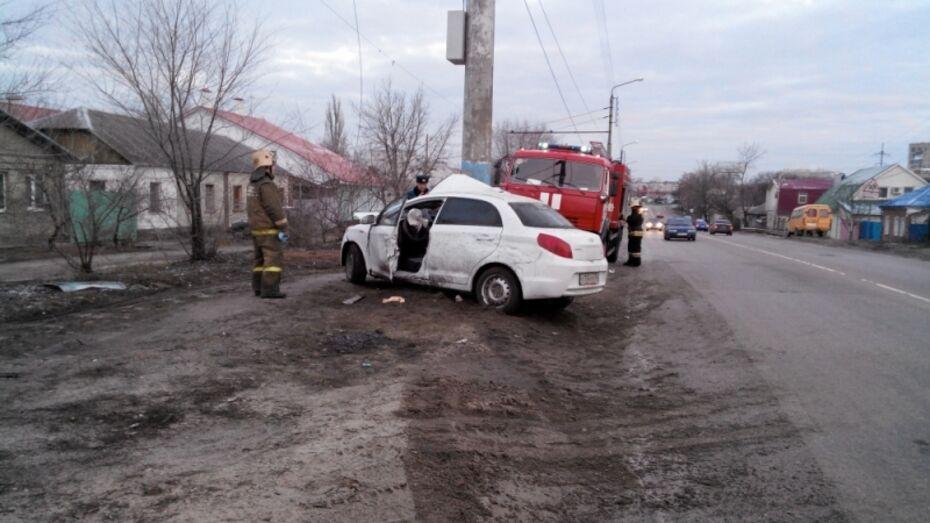 В Воронеже иномарка врезалась в столб: водитель в больнице