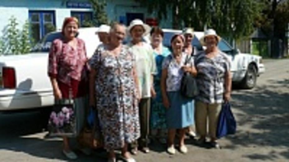 Подгоренские пенсионерки ездят на съемочную площадку на белом лимузине