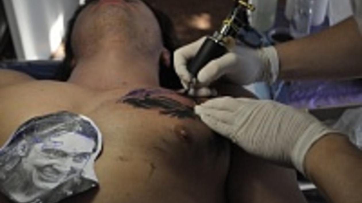 Воронежец сделал на груди татуировку с изображением покойного лидера группы «Король и Шут»