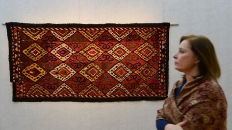 Зал воронежского музея завесили туркменскими коврами