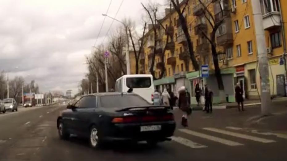 В Воронеже нарушителя ПДД нашли по видео в интернете