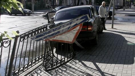 «Волга» сбила дорожные знаки у школы в центре Воронежа