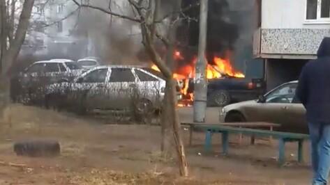В микрорайоне Шилово в Воронеже сгорела припаркованная иномарка