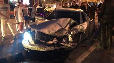 Очевидцы: при столкновении 2 Мercedes-Benz в центре Воронежа зажало девушку