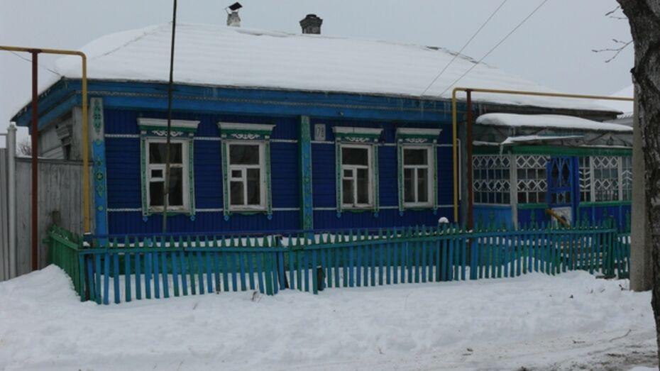 В Поворинском районе пожарные вынесли из задымленного дома женщину