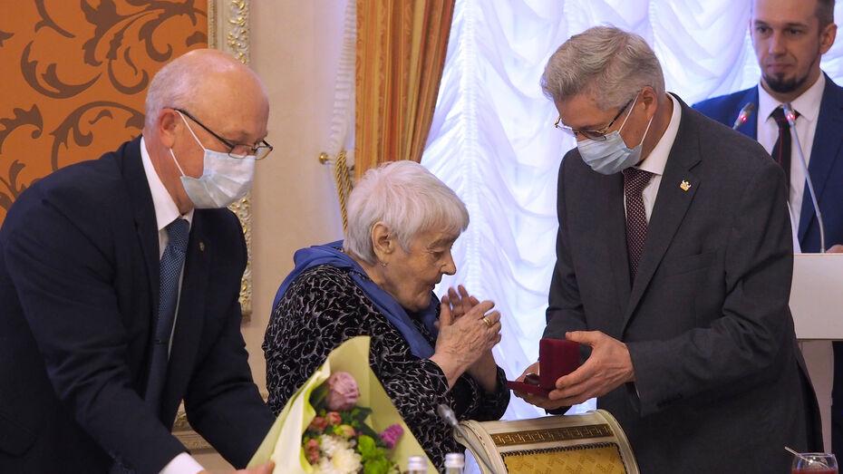 В Воронеже 92-летний координатор патриотической акции получила именные часы от губернатора