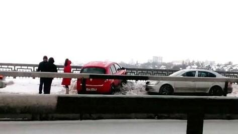 В Воронеже иномарка врезалась в ограду Северного моста