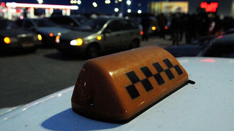 В Воронеже таксист обокрал пьяную клиентку