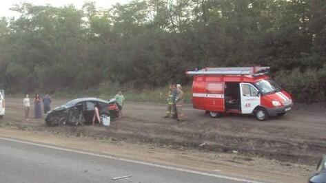 На воронежской трассе водитель Hyundai Solaris влетел под «КамАЗ»