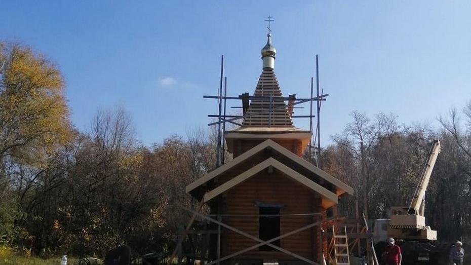 В петропавловском селе на строящемся храме установили крест и маковку