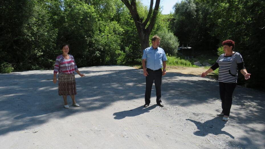 Общественники нижнедевицкого села Новая Ольшанка благоустроили участок дороги к источнику