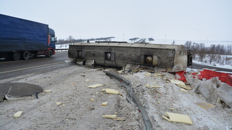 Цистерна с сиропом опрокинулась на трассе М-4 «Дон» в Богучарском районе