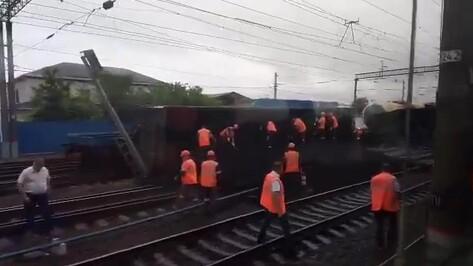Видео: 6 вагонов сошли с путей в Воронежской области