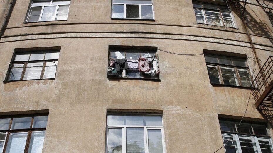Очевидцы: житель Воронежской области попытался спуститься с балкона по интернет-кабелю