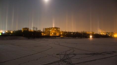 Горожане запечатлели световые столбы в небе над Воронежем