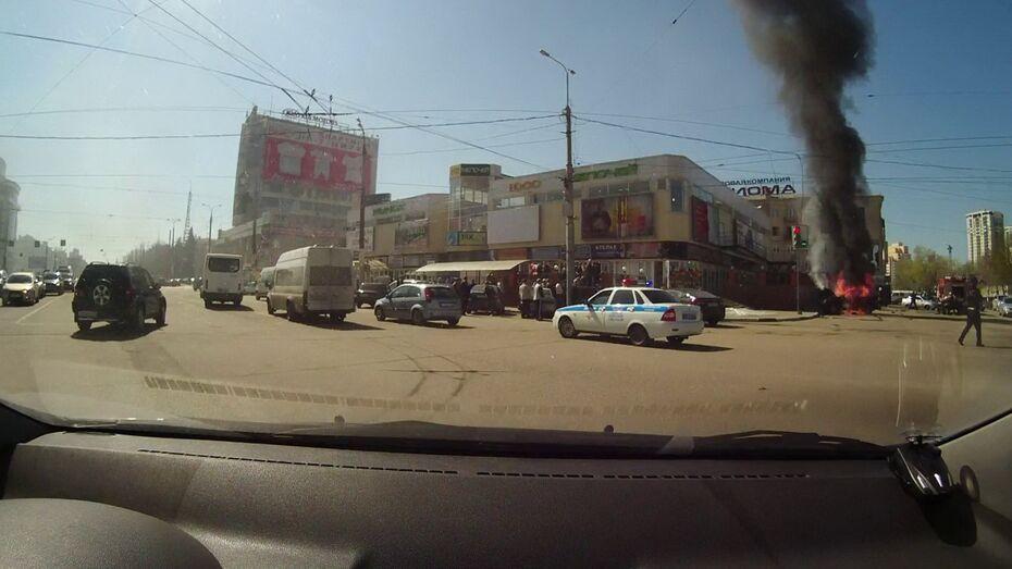 В Воронеже утром сгорела иномарка