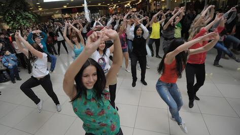 РИА «Воронеж» поздравило прекрасных женщин цветами, стихами и зажигательной зумбой