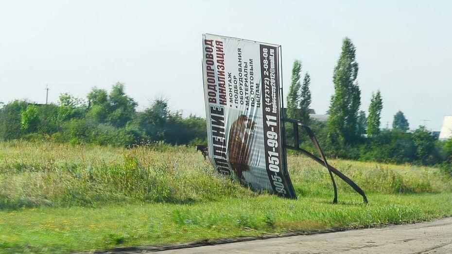 В селе Семилуки ураган сорвал крышу гаража и согнул рекламный щит