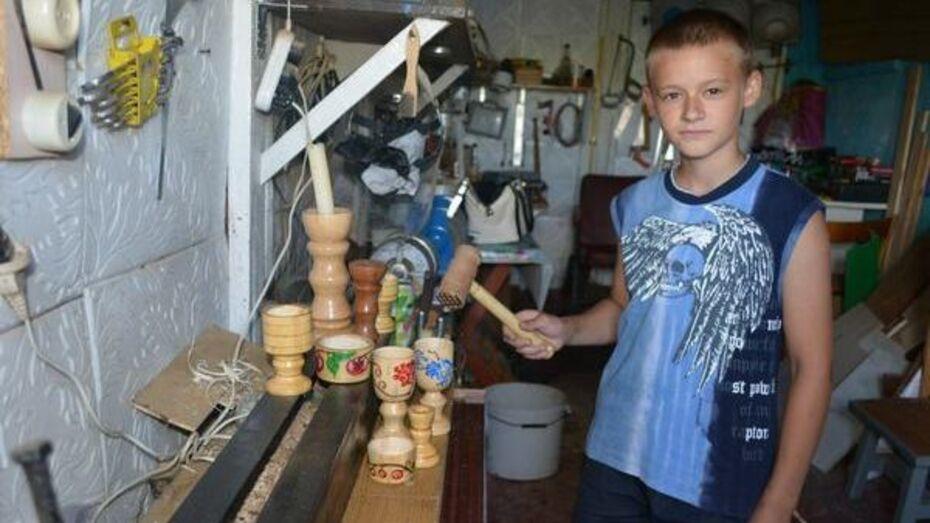 Юный мастер из Нижнедевицкого района удивляет односельчан своими поделками
