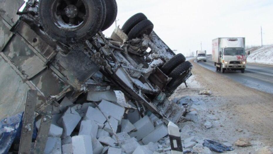 В Нижнедевицком районе перевернувшийся «КамАЗ» перекрыл федеральную трассу Курск – Борисоглебск