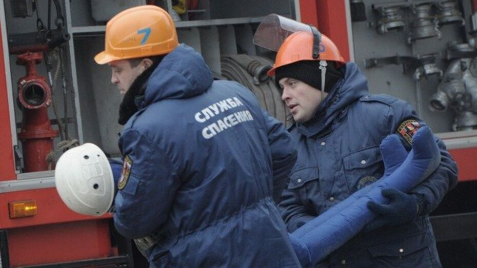 В Воронежской области пожарные спасли 5 человек из горящего дома