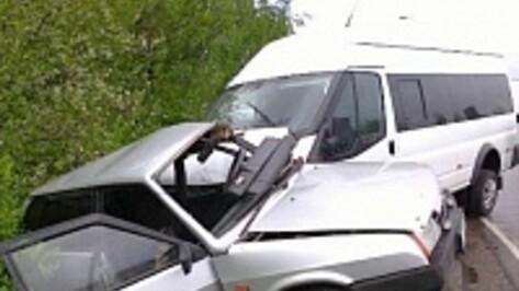 На окраине Воронежа при столкновении микроавтобуса и «ВАЗа» пострадали два человека