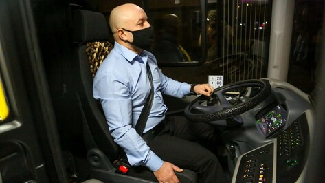 На руки водителей новых воронежских автобусов большого класса надели «умные» браслеты