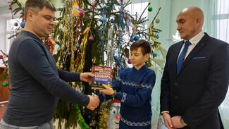 Глава новоусманского села перевоплотился в Деда Мороза и вручил новогодние подарки