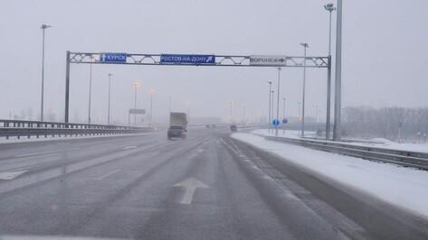 К уборке снега на трассах Воронежской области привлекли более 100 спецмашин