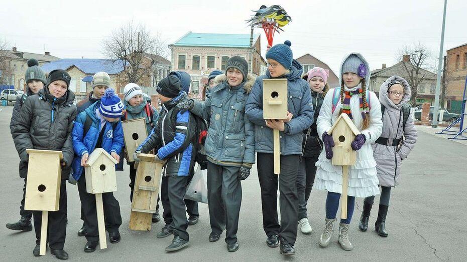 В Бутурлиновке шквалистый ветер помешал школьникам развесить скворечники