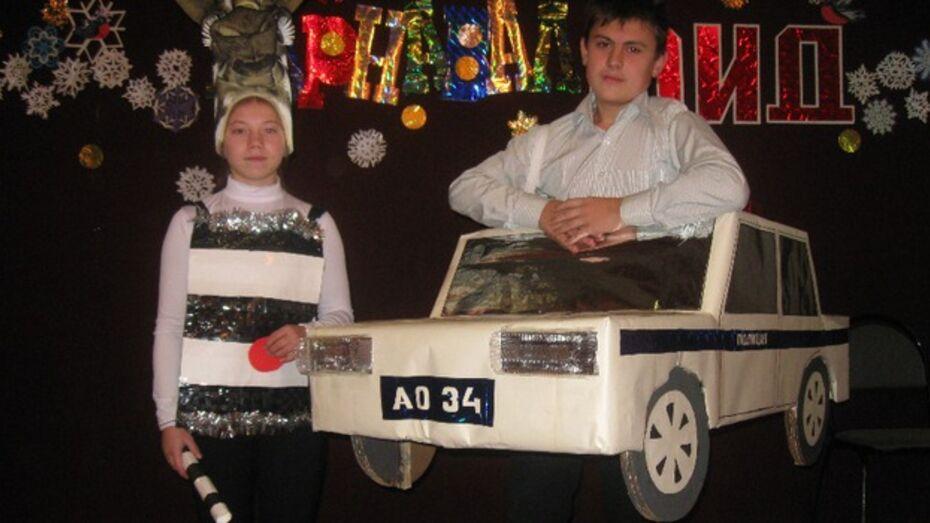 Воронцовские школьницы наряжаются в вечерние платья из стручков фасоли и старых журналов